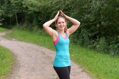 Sporty молодая женщина наслаждаясь ее внешней тренировкой Стоковая Фотография