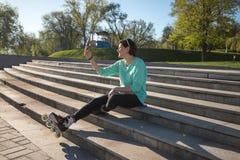 Sporty молодая женщина принимая selfie, используя цифровую таблетку Стоковые Фотографии RF