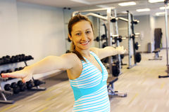 Sporty молодая женщина усмехаясь на камере Стоковое фото RF