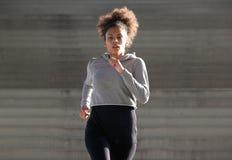 Sporty молодая чернокожая женщина бежать outdoors Стоковые Фотографии RF