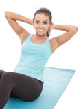 Sporty молодые женщины лежа на поле пока делающ сидите поднимают Стоковые Изображения