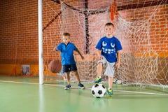 2 sporty молодых мальчика на крытом суде Стоковые Изображения