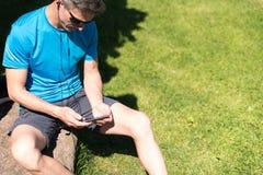 Sporty парень слушая к музыке пока тренирующ Стоковое Изображение