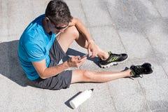 Sporty парень слушая к музыке пока тренирующ Стоковые Фото
