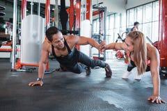 Sporty пары давая максимум 5 друг к другу пока делающ нажмите вверх Стоковые Фото