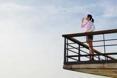 Sporty питьевая вода женщины после разминки стоковое изображение