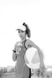 Sporty питьевая вода женщины против неба Стоковое Изображение