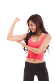 Sporty показ женщины, проверяя ее бицепс подготовляет мышцу стоковые изображения