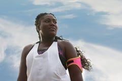 Sporty привлекательная африканская женщина смотря далеко Стоковые Фотографии RF
