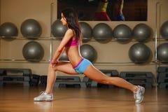 Sporty сексуальная женщина представляя в спортзале Стоковое фото RF