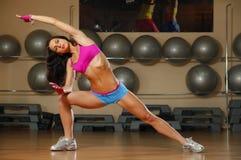 Sporty сексуальная женщина представляя в спортзале Стоковые Фото