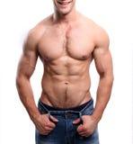 Sporty сексуальный человек представляя в спортзале Стоковое Фото