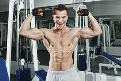 Sporty сексуальный человек представляя в спортзале Стоковая Фотография RF