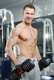 Sporty сексуальный человек представляя в спортзале Стоковые Изображения