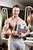 Sporty сексуальный человек представляя в спортзале Стоковые Фотографии RF