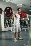 Sporty сексуальный человек представляя в спортзале Стоковые Изображения RF