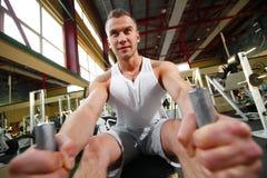 Sporty сексуальный человек представляя в спортзале Стоковое Изображение