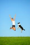 Sporty скакать женщины и собаки стоковое изображение rf