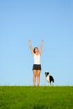 Sporty счастливая женщина бежать с собакой стоковое изображение rf