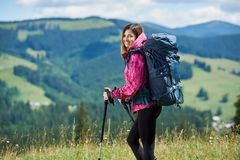 Sporty турист женщины с рюкзаком и trekking вставляет пеший туризм в горах стоковые фотографии rf