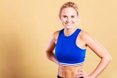 Sporty усмехаясь одежды спорт девушки нося Стоковая Фотография RF