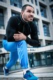 Sporty человек в городе стоковые фотографии rf