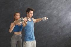 Sporty человек работая с его личным тренером Стоковое Изображение