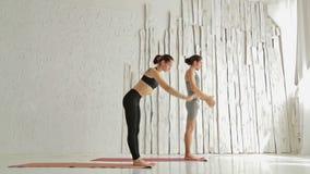 Sporty человек и женщина делая йогу ashtanga сток-видео