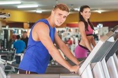 Sporty человек и женщина на третбане стоковые изображения