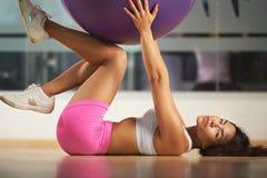 Sporty шарик владением женщины Стоковое фото RF