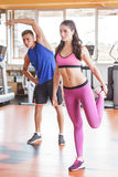 2 sporty люд делая протягивать на спортзале Стоковое Изображение RF