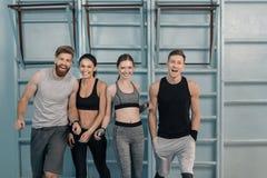 Sporty люди и женщины в спортзале Стоковое Фото
