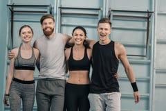 Sporty люди и женщины в спортзале Стоковые Фото