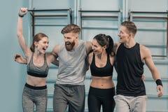 Sporty люди и женщины в спортзале Стоковое фото RF
