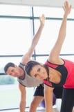 2 sporty люд протягивая руки на занятиях йогой Стоковые Фото