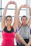 2 sporty люд протягивая руки на занятиях йогой Стоковые Фотографии RF