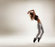 Танцы женщины детенышей и пригонки в sporty одеждах Стоковое Изображение RF