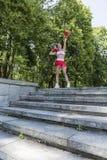 Sporty bokser kobiety pozycja w parku fotografia royalty free