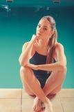 Sporty dysponowana kobieta przy pływackiego basenu krawędzi poolside Zdjęcia Royalty Free