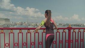 Sporty dysponowana kobieta rozgrzewkowa w górę spaceru podczas outdoors zbiory