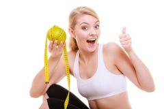 Sporty dysponowana kobieta z miarą taśmy owoc. Czas dla diety odchudzania. Zdjęcia Royalty Free