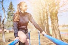 Sporty dziewczyna na równoległych barach zdjęcia stock