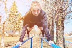 Sporty dziewczyna na równoległych barach zdjęcie royalty free