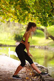 Sporty dziewczyna słucha muzyka w hełmofonach w jesień parku Obraz Royalty Free
