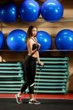 Sporty dziewczyna stoi pełną długość w gym obrazy royalty free