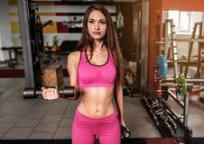 Sporty dziewczyna w menchiach w gym fotografia stock