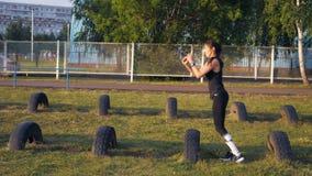 Sporty dziewczyny działające przeszkody z kołami zbiory wideo