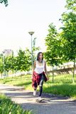 Sporty dziewczyny jazda je?dzi? na deskorolce na ulicie Outdoors, miastowy styl ?ycia zdjęcia stock