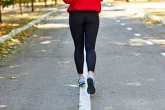 Sporty dziewczyny jogging słuchać muzyka na ulicie Fotografia Stock