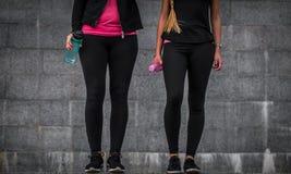 Sporty dziewczyny są na krokach fotografia stock